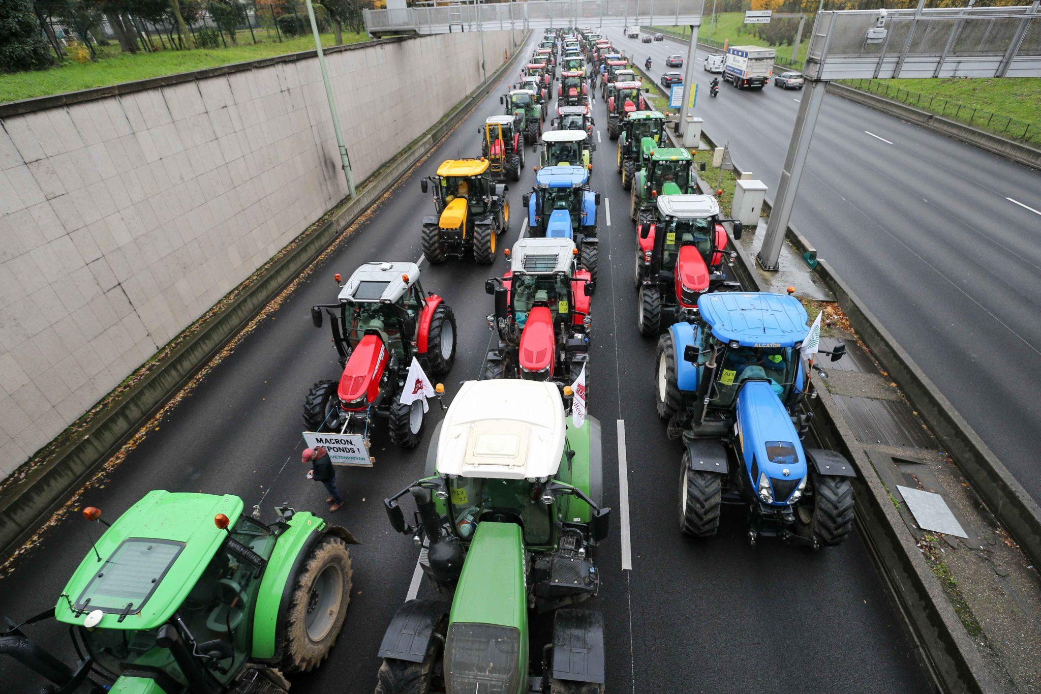 Les agriculteurs conduisent leurs tracteurs sur le périphérique parisien. © Michel Stoupak. Mer 27.11.2019, 11:53:57.