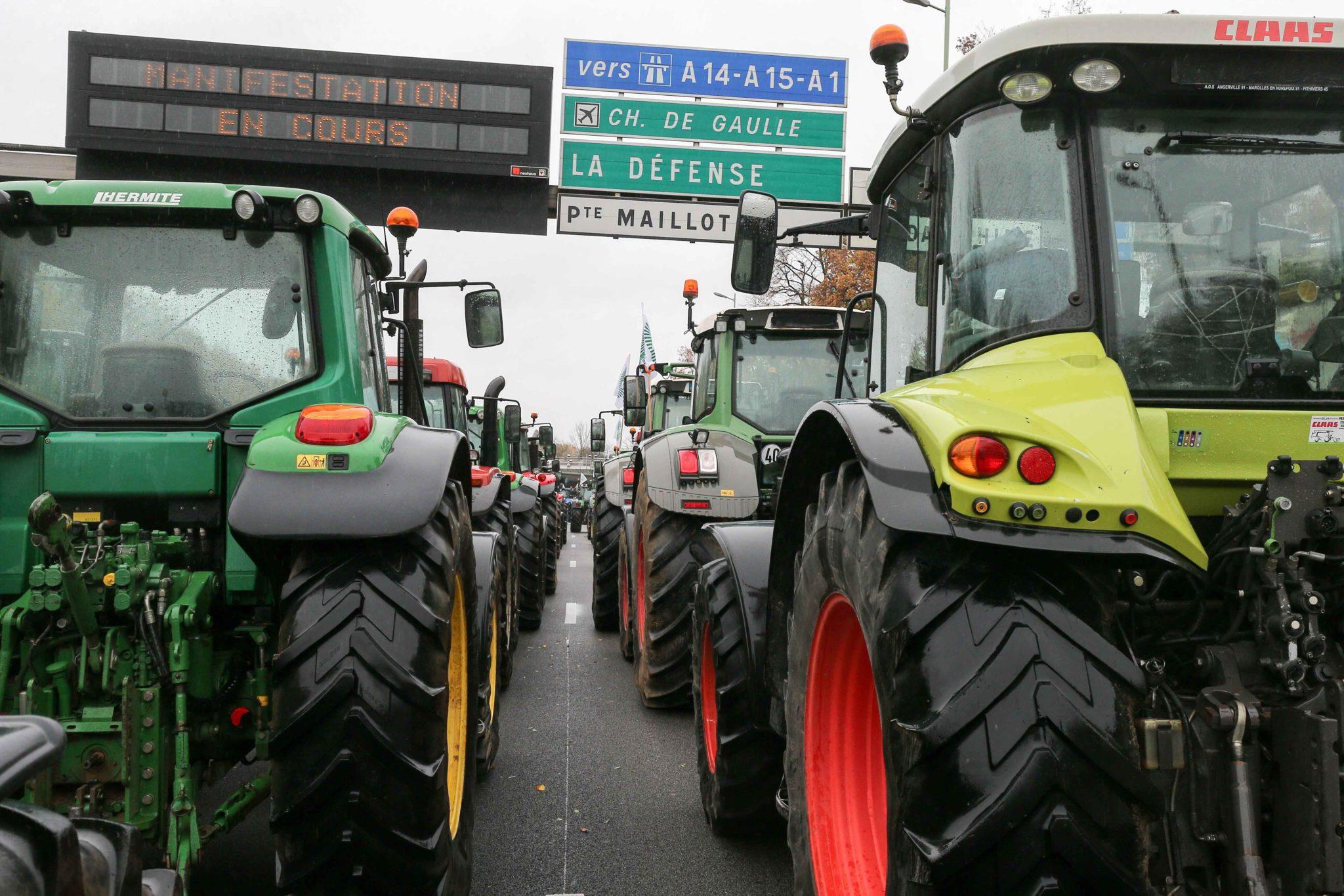Les agriculteurs conduisent leurs tracteurs sur le périphérique parisien. © Michel Stoupak. Mer 27.11.2019, 14:46:48.