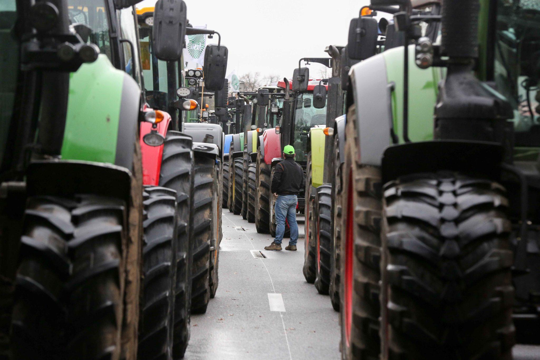 Les agriculteurs conduisent leurs tracteurs sur le périphérique parisien. © Michel Stoupak. Mer 27.11.2019, 14:51:10.