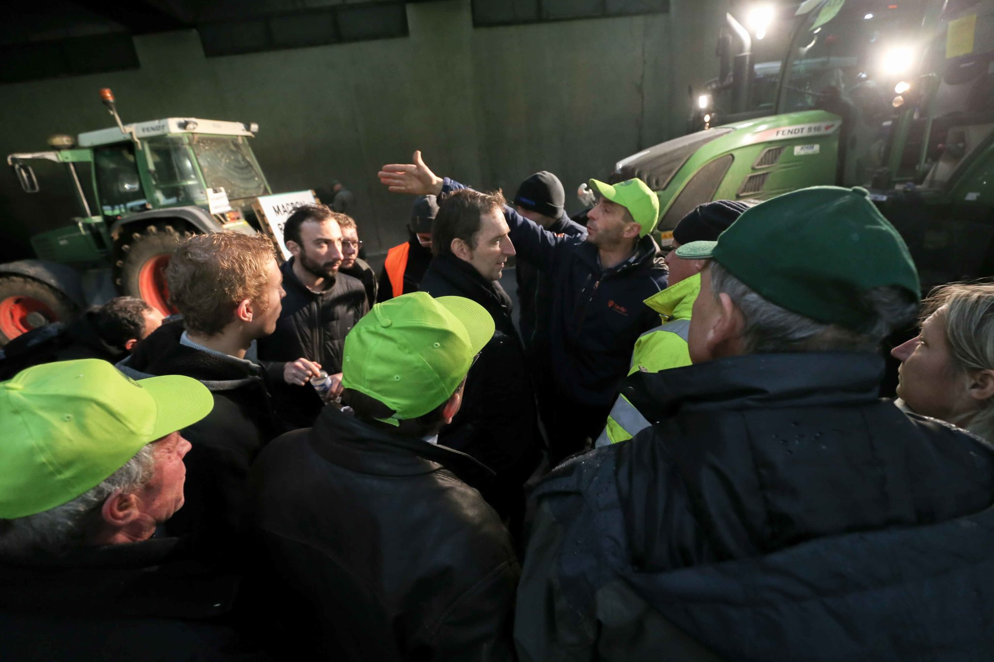Les agriculteurs en discussion dans un tunnel. © Michel Stoupak. Mer 27.11.2019, 15:38:21.