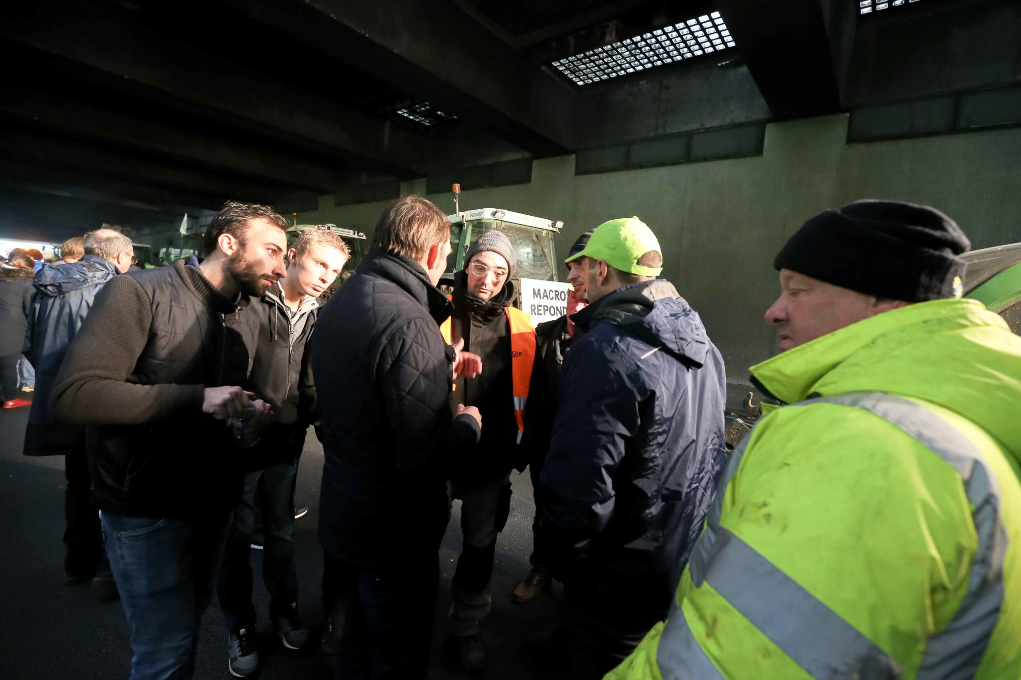 Les agriculteurs en discussion dans un tunnel. © Michel Stoupak. Mer 27.11.2019, 15:39:27.
