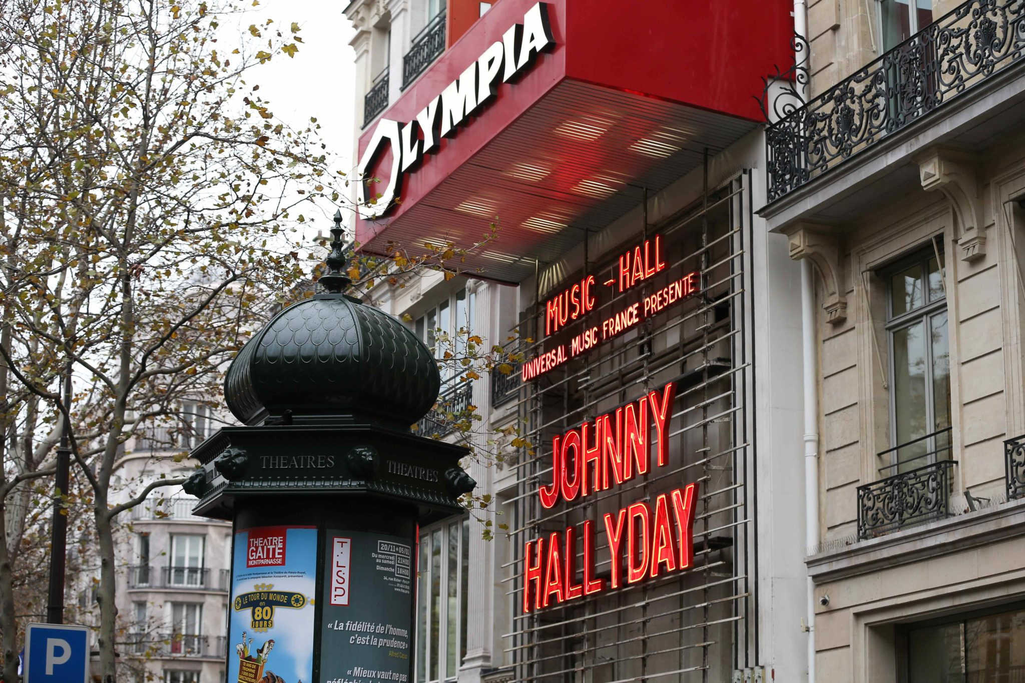 Sunday, December 1, 2019, a tribute was paid to French singer Johnny Hallyday at the Olympia Hall in Paris, almost two years after the death of this legend of French music. For the occasion, the letters of his name shone in red in the neon lights of the fa