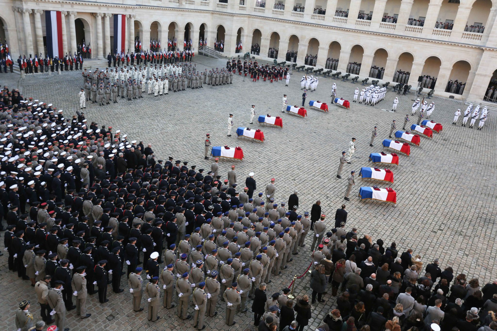 Soldats, officiels et parents assistent à la cérémonie d'hommage. © Michel Stoupak. Lun 02.12.2019, 15:32:08.