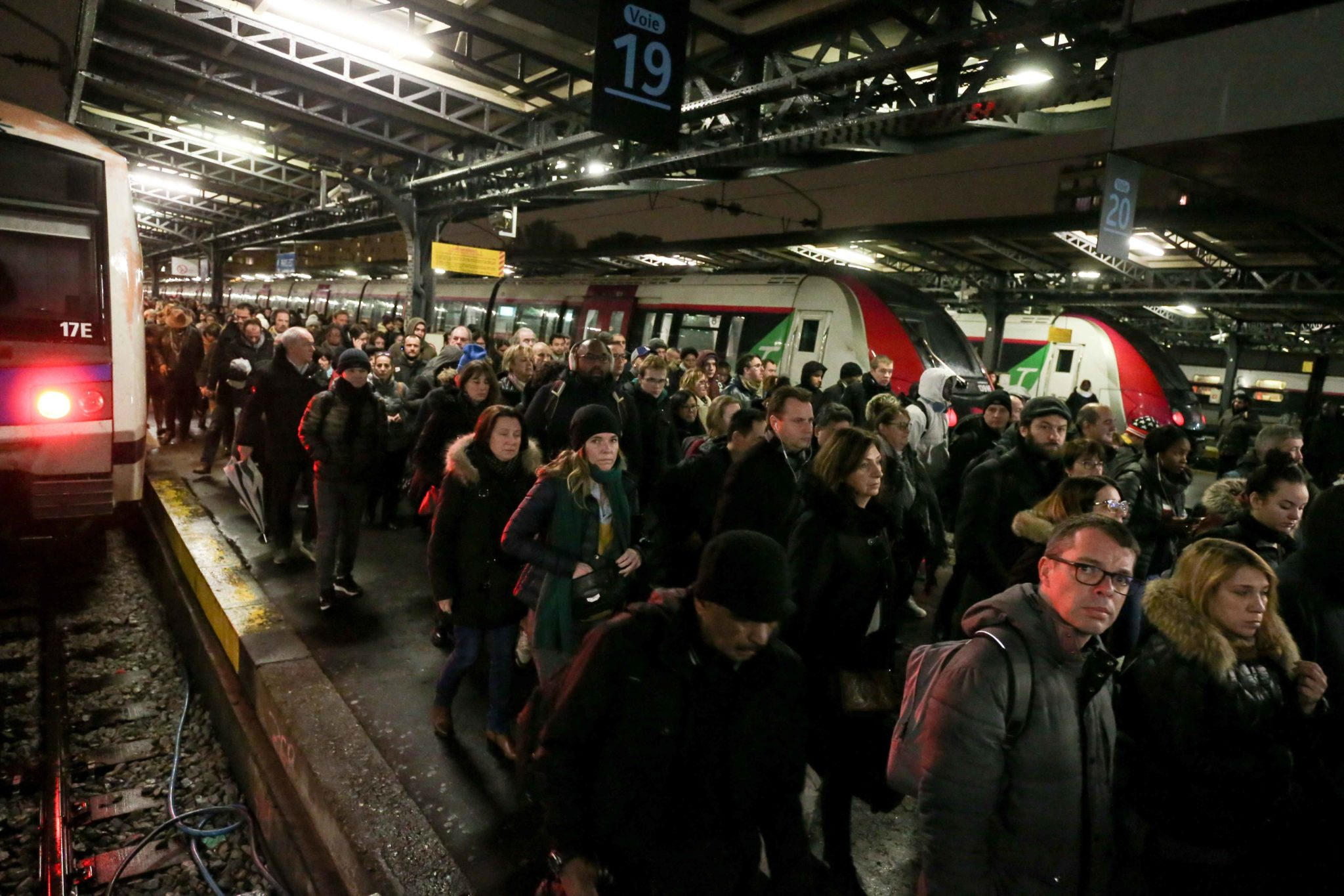 Les usagers descendent d'un train à la Gare du Nord. © Michel Stoupak. Lun 09.12.2019, 07:44:51.
