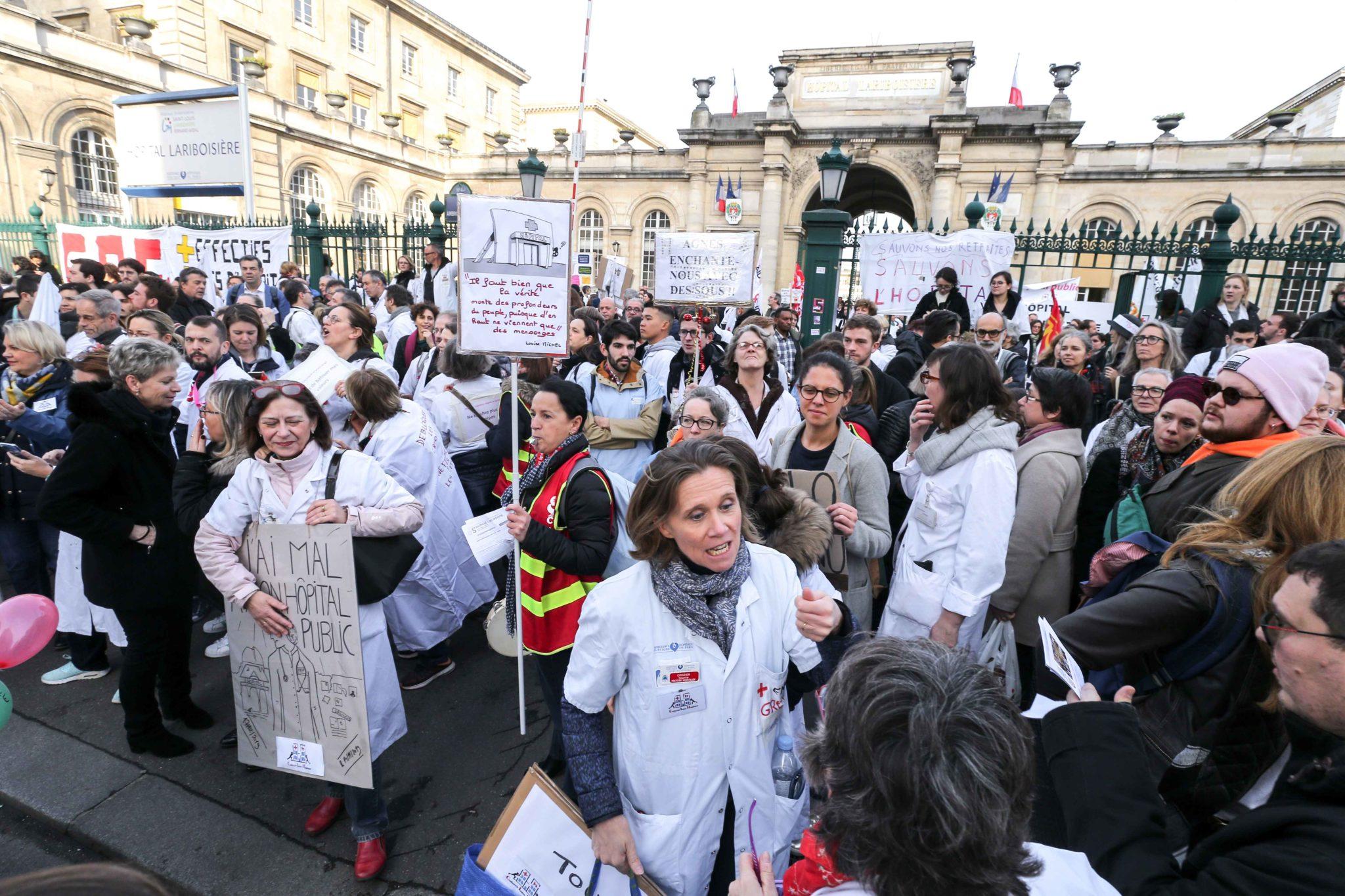 Rassemblement devant l'hôpital Lariboisière. © Michel Stoupak. Mar 17.12.2019, 11:40:03.