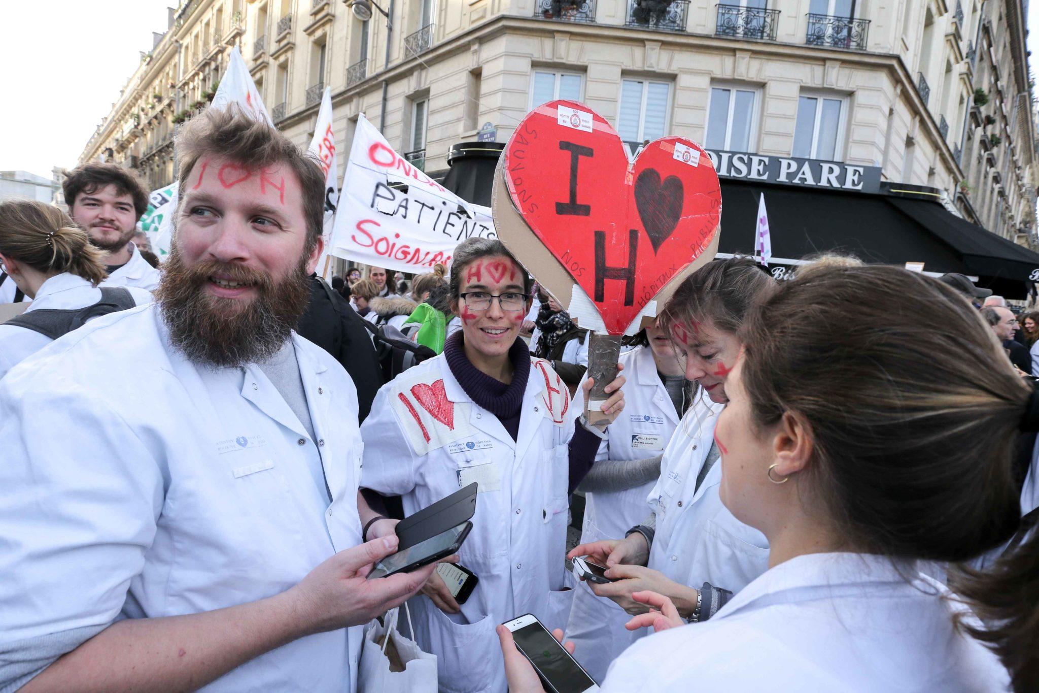 Rassemblement devant l'hôpital Lariboisière. © Michel Stoupak. Mar 17.12.2019, 11:40:24.