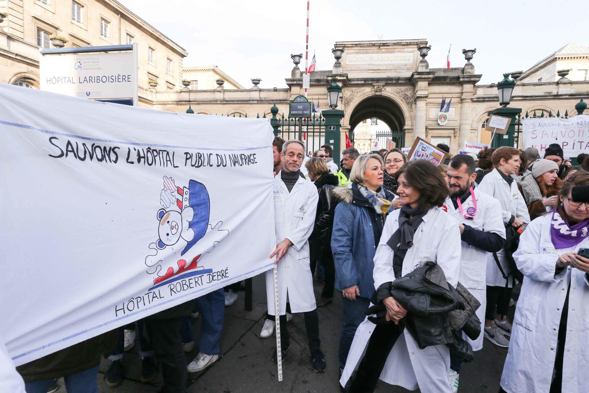 Rassemblement devant l'hôpital Lariboisière. © Michel Stoupak. Mar 17.12.2019, 11:40:57.