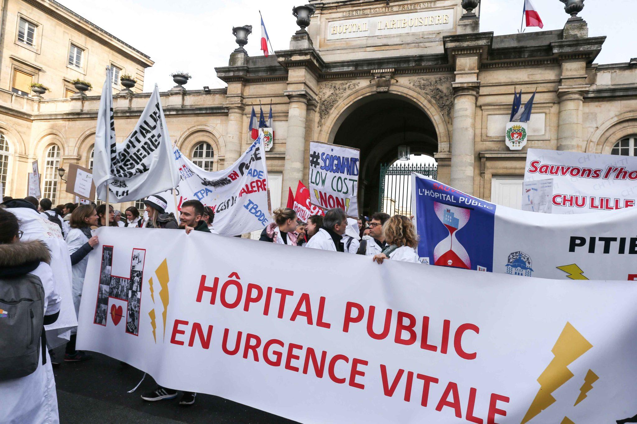 Rassemblement devant l'hôpital Lariboisière. © Michel Stoupak. Mar 17.12.2019, 11:43:04.