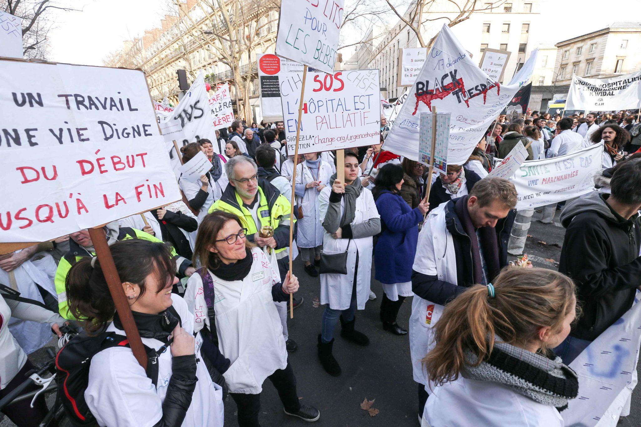 Rassemblement devant l'hôpital Lariboisière. © Michel Stoupak. Mar 17.12.2019, 12:12:05.