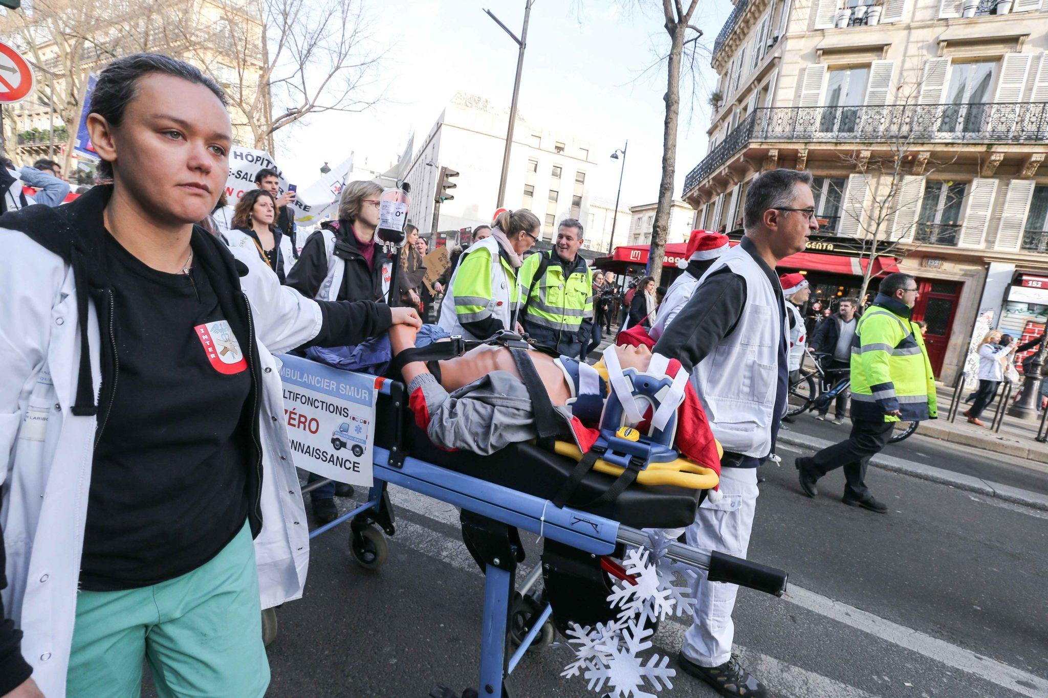 Rassemblement devant l'hôpital Lariboisière. © Michel Stoupak. Mar 17.12.2019, 12:14:54.