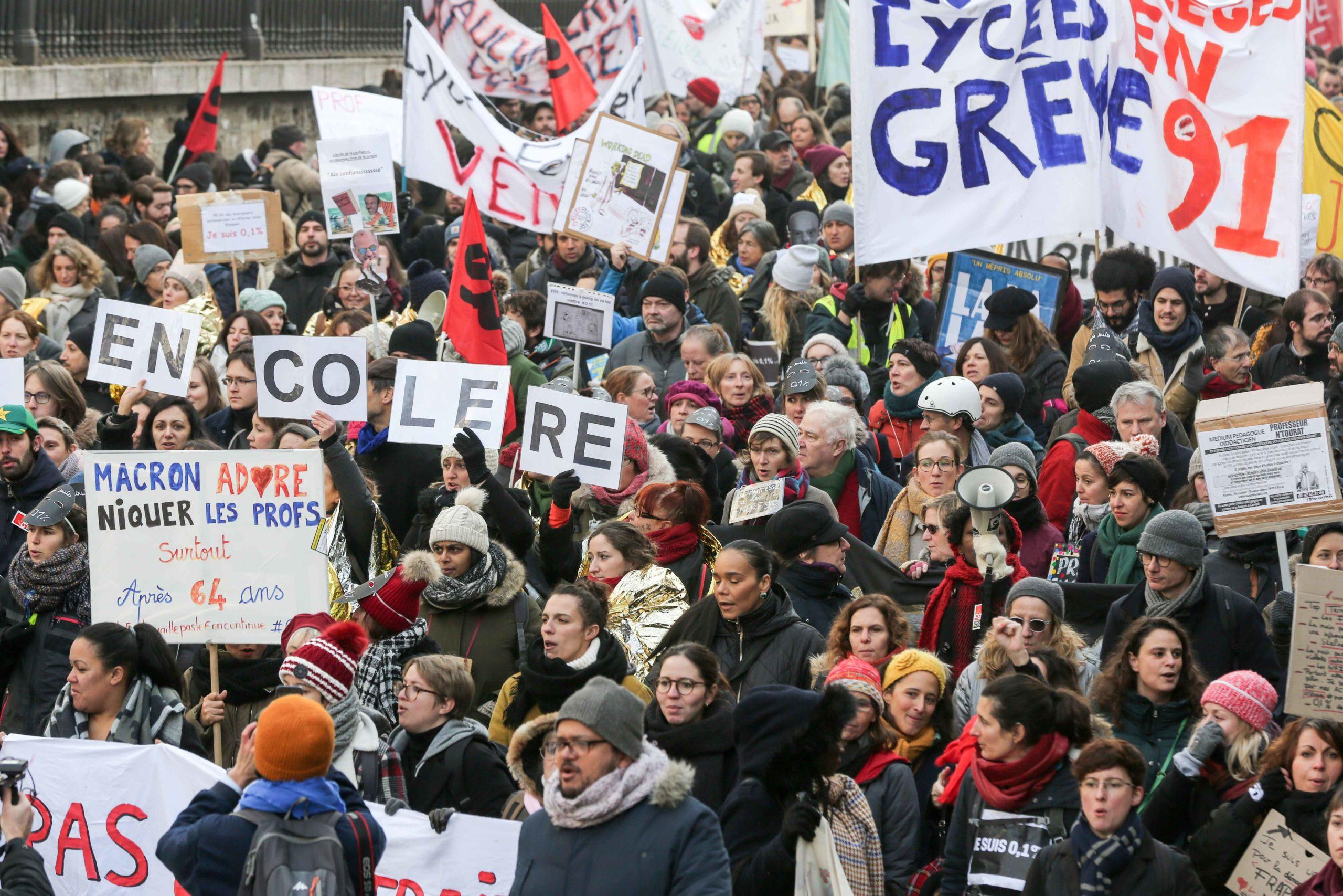 Des manifestants défilent dans une rue de Paris. © Michel Stoupak. Ven 24.01.2020, 12:03:46.
