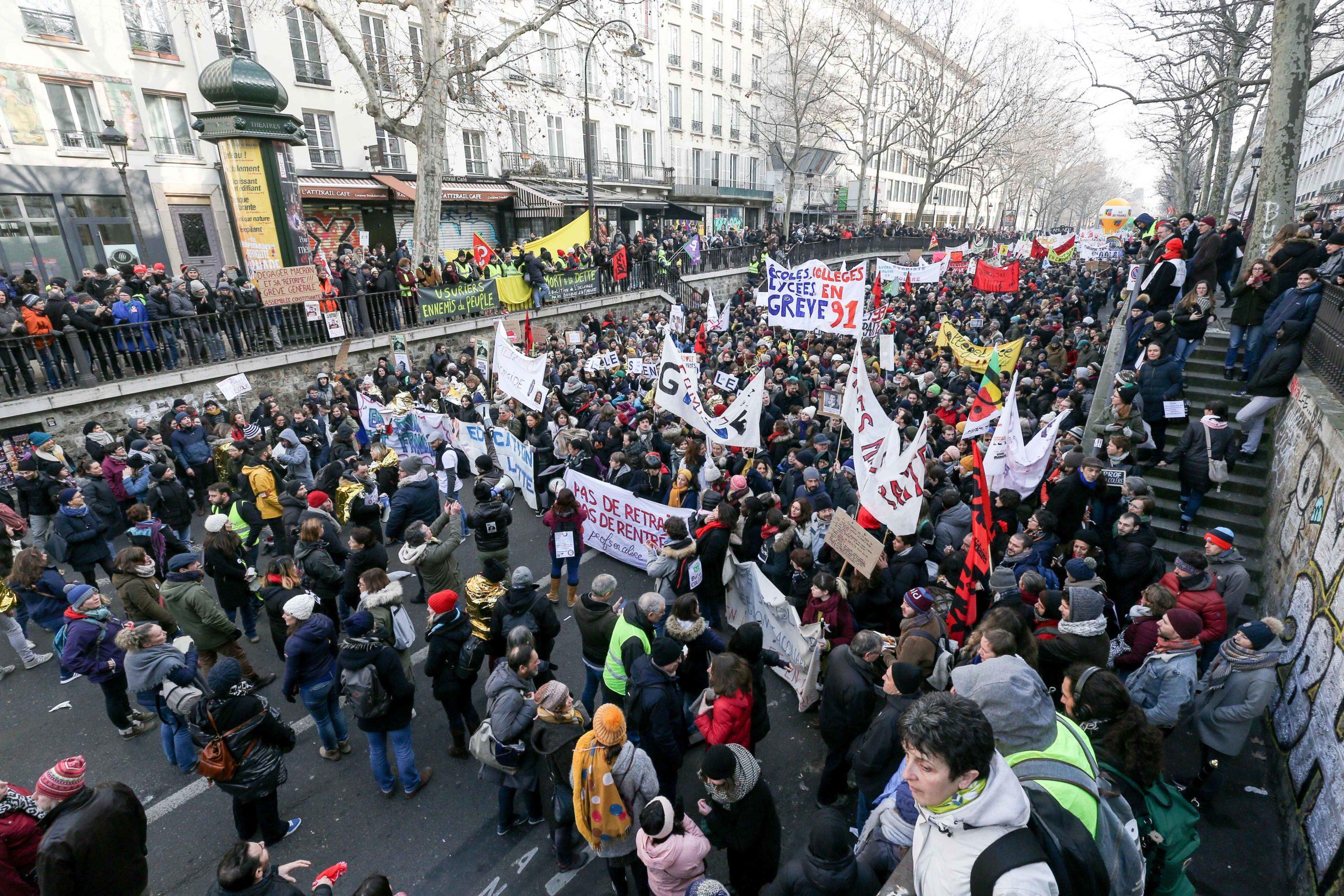 Des manifestants défilent dans une rue de Paris. © Michel Stoupak. Ven 24.01.2020, 12:19:08.