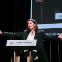 En meeting, Anne Hidalgo fustige «les partisans du retour en arrière».