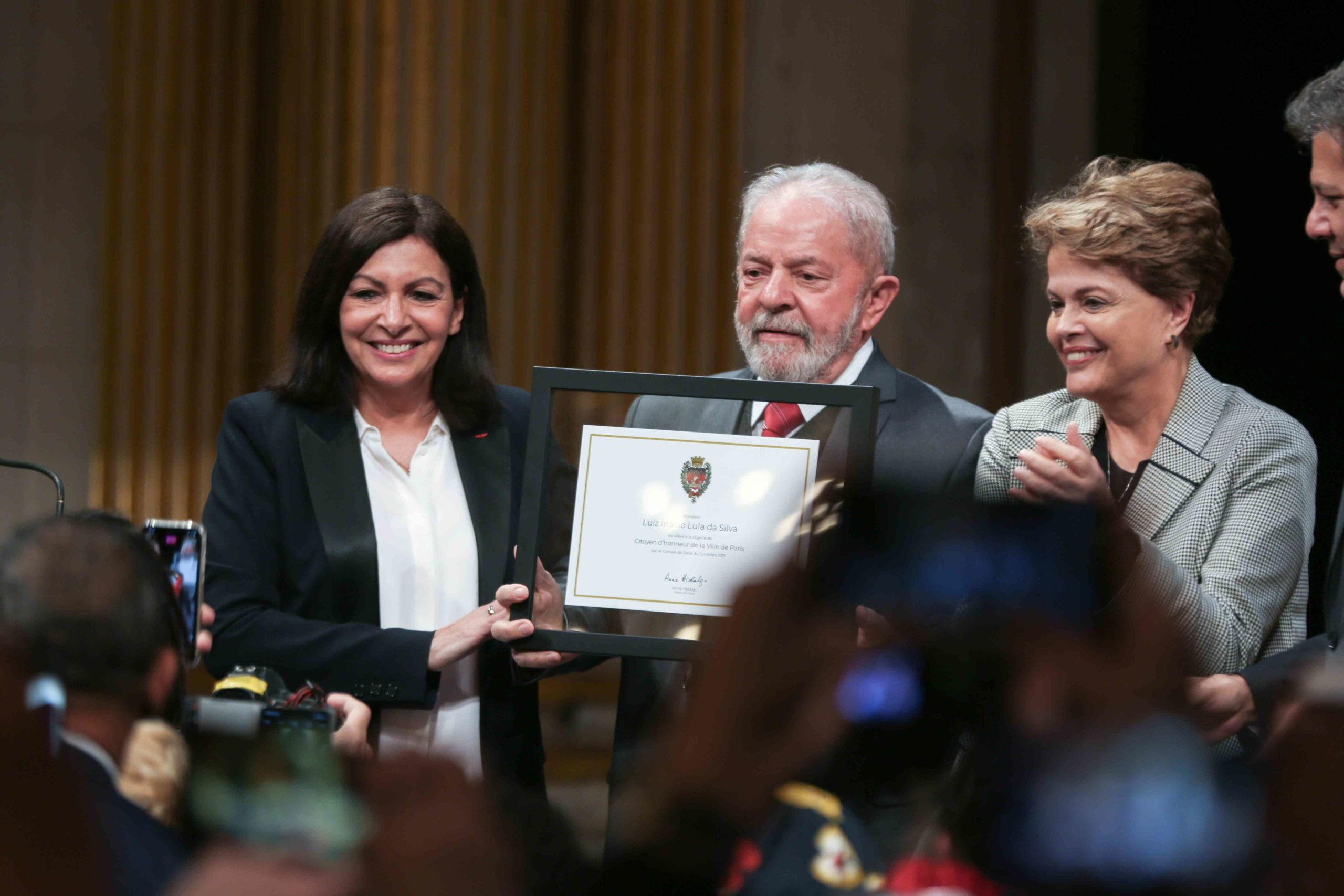 Former Brazilian president Luiz Inacio Lula da Silva (C) flanked by Paris Mayor and candidate for re-election Anne Hidalgo (L) and Former Brazilian president Dilma Rousseff (R) is named honorary citizen of the city of Paris during a ceremony at the City Ha