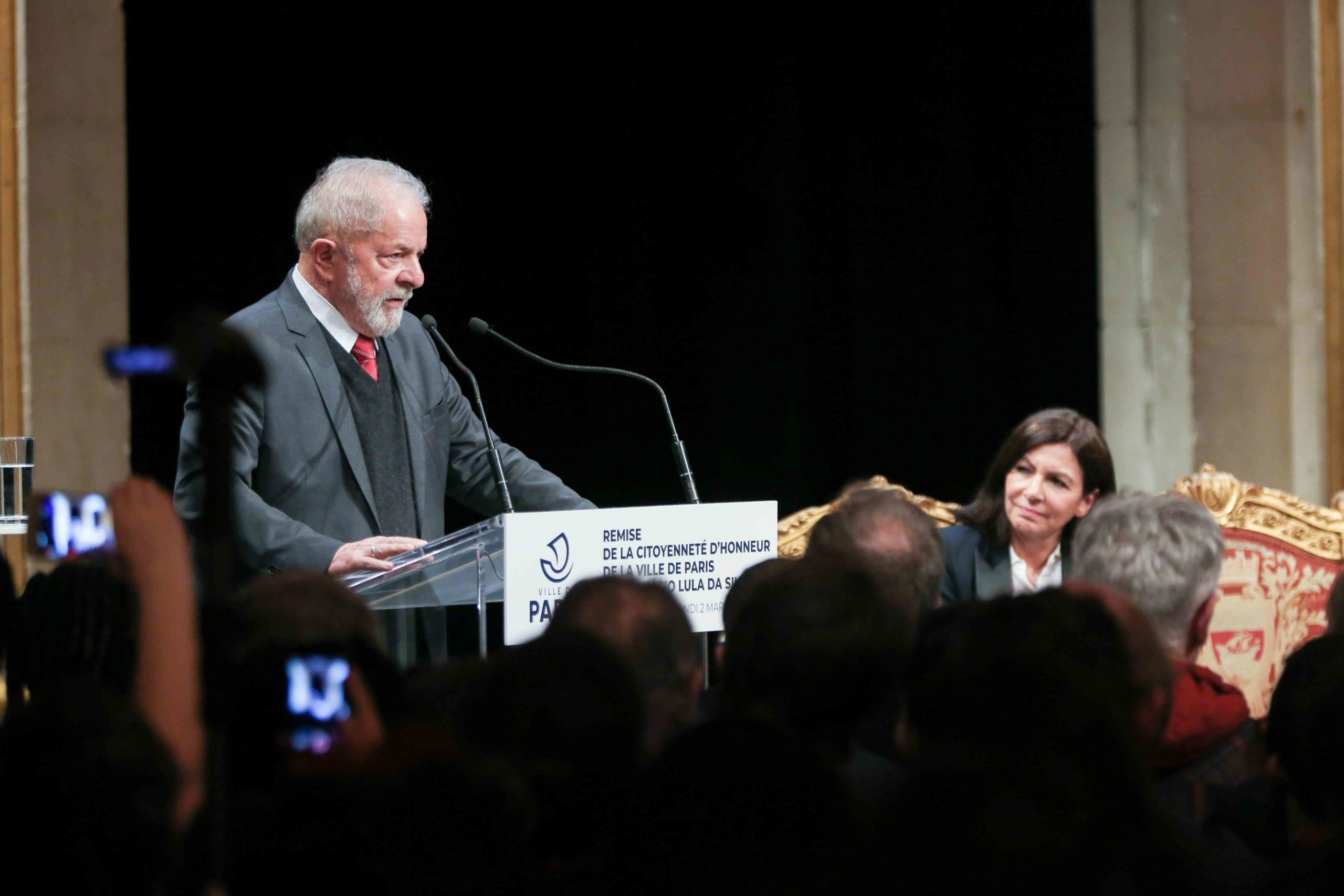 Former Brazilian president Luiz Inacio Lula da Silva (L), flanked by Paris Mayor and candidate for re-election Anne Hidalgo (R)  speaks during a ceremony at the City Hall of Paris, on March 2, 2020, during wich he was named  honorary citizen of the city of