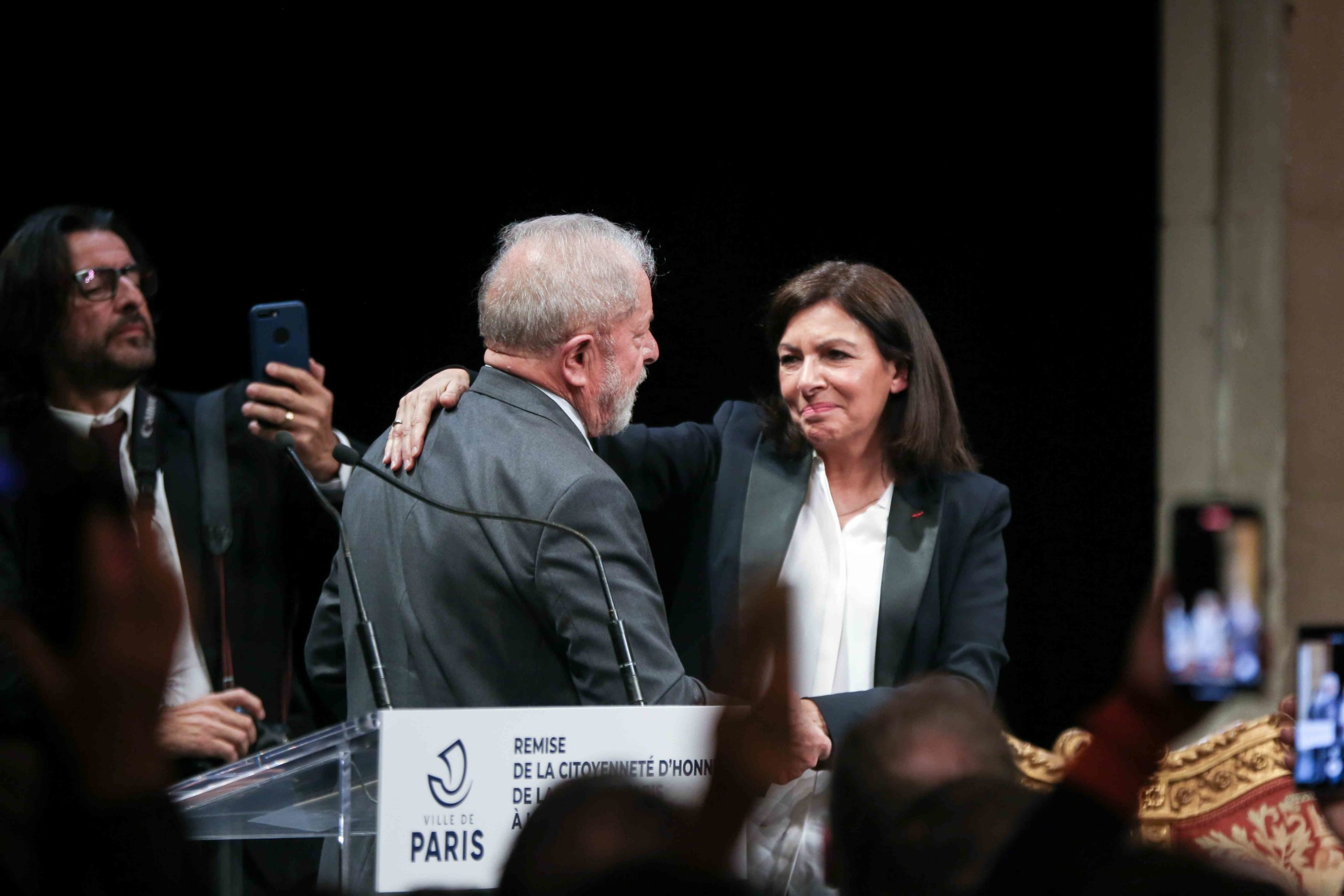 Former Brazilian president Luiz Inacio Lula da Silva (CL) is congratulated by Paris Mayor (CR) and candidate for re-election Anne Hidalgo during a ceremony at the City Hall of Paris, on March 2, 2020, during wich he was named  honorary citizen of the city