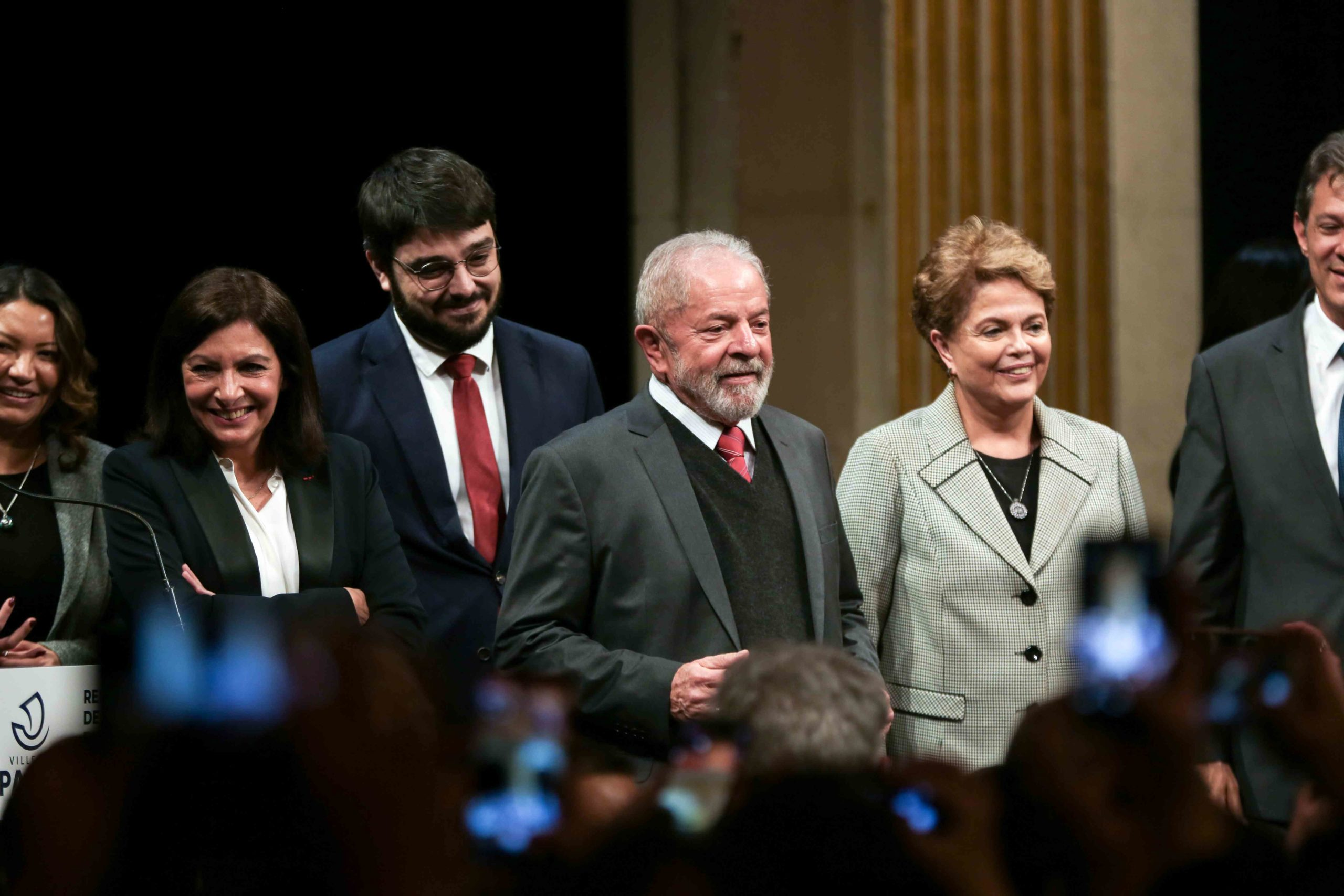 Former Brazilian president Luiz Inacio Lula da Silva (2R), Paris Mayor and candidate for re-election Anne Hidalgo (1st L) and Former Brazilian president Dilma Rousseff (1st R)), salute the crowd as they take part in a ceremony at the City Hall of Paris, on