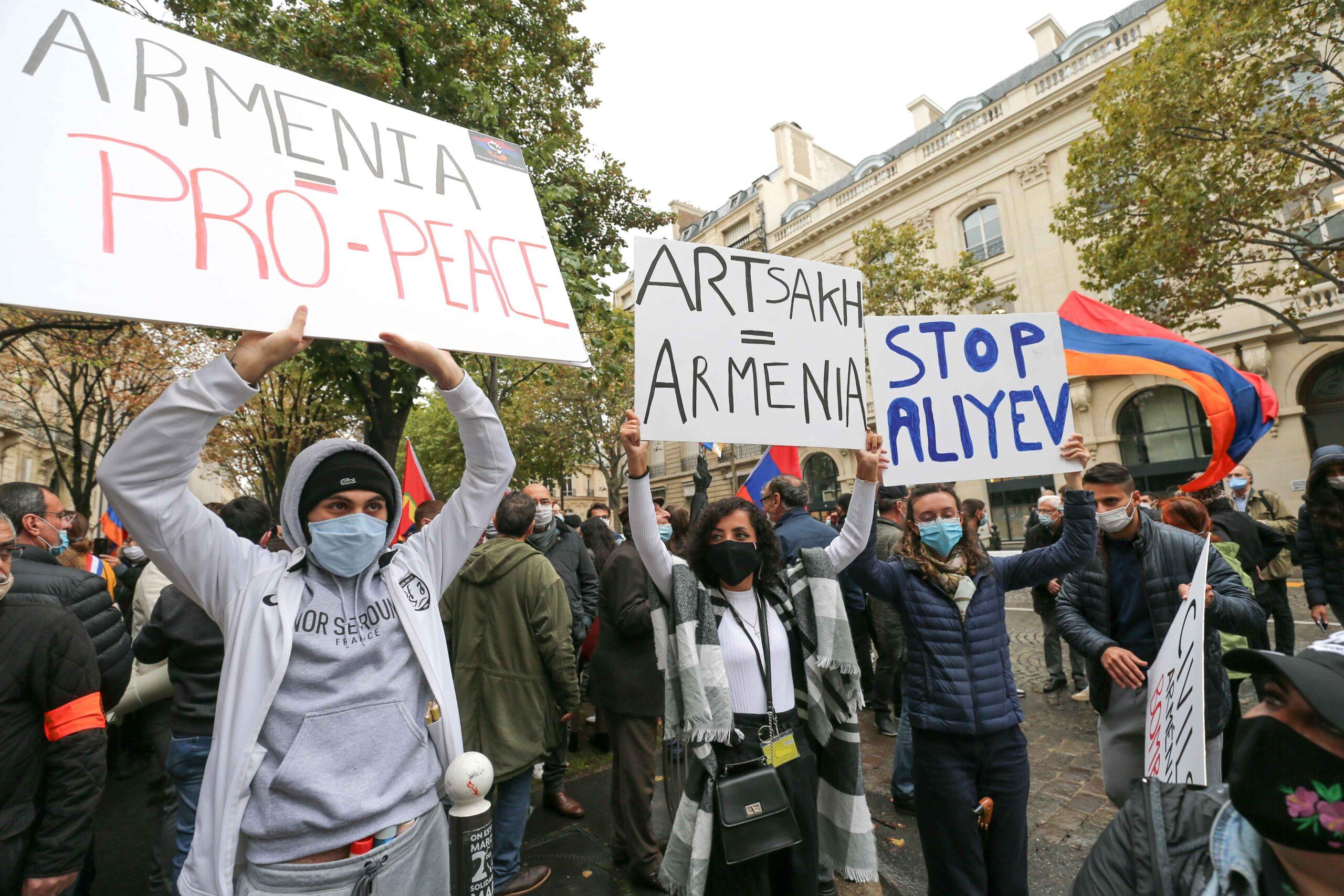 Des femmes tiennent des pancartes lors d'une manifestation d'Arméniens. © Michel Stoupak. Mar 29.09.2020, 17h11m00.