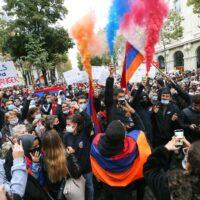 Les Arméniens manifestent devant l'ambassade d'Azerbaïdjan à Paris.