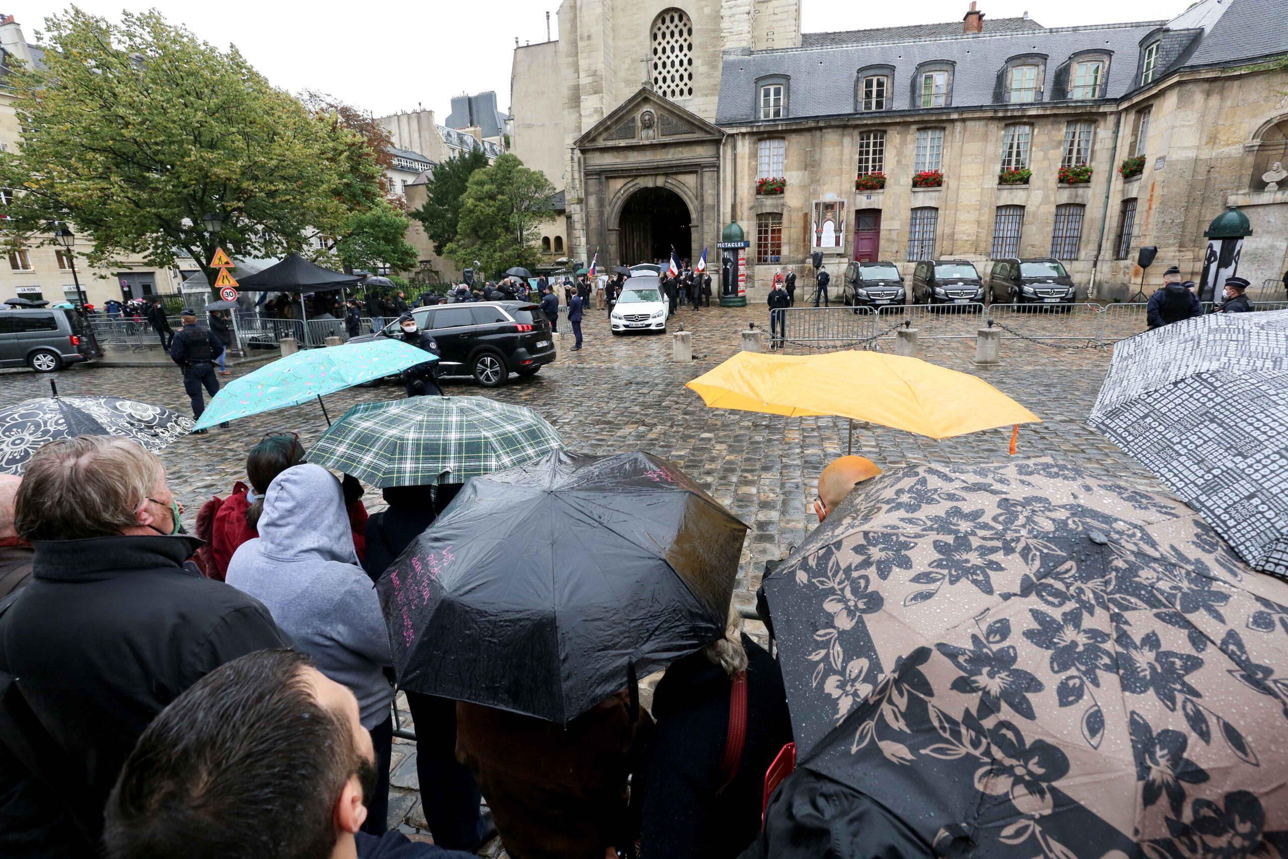 La foule sous la pluie devant l'église de Saint-Germain-des-Prés. © Michel Stoupak. Lun 05.10.2020, 14h58m08.