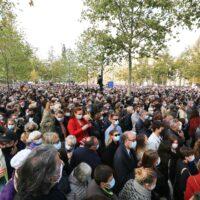Place de la République, rassemblement ému en hommage à Samuel Paty.