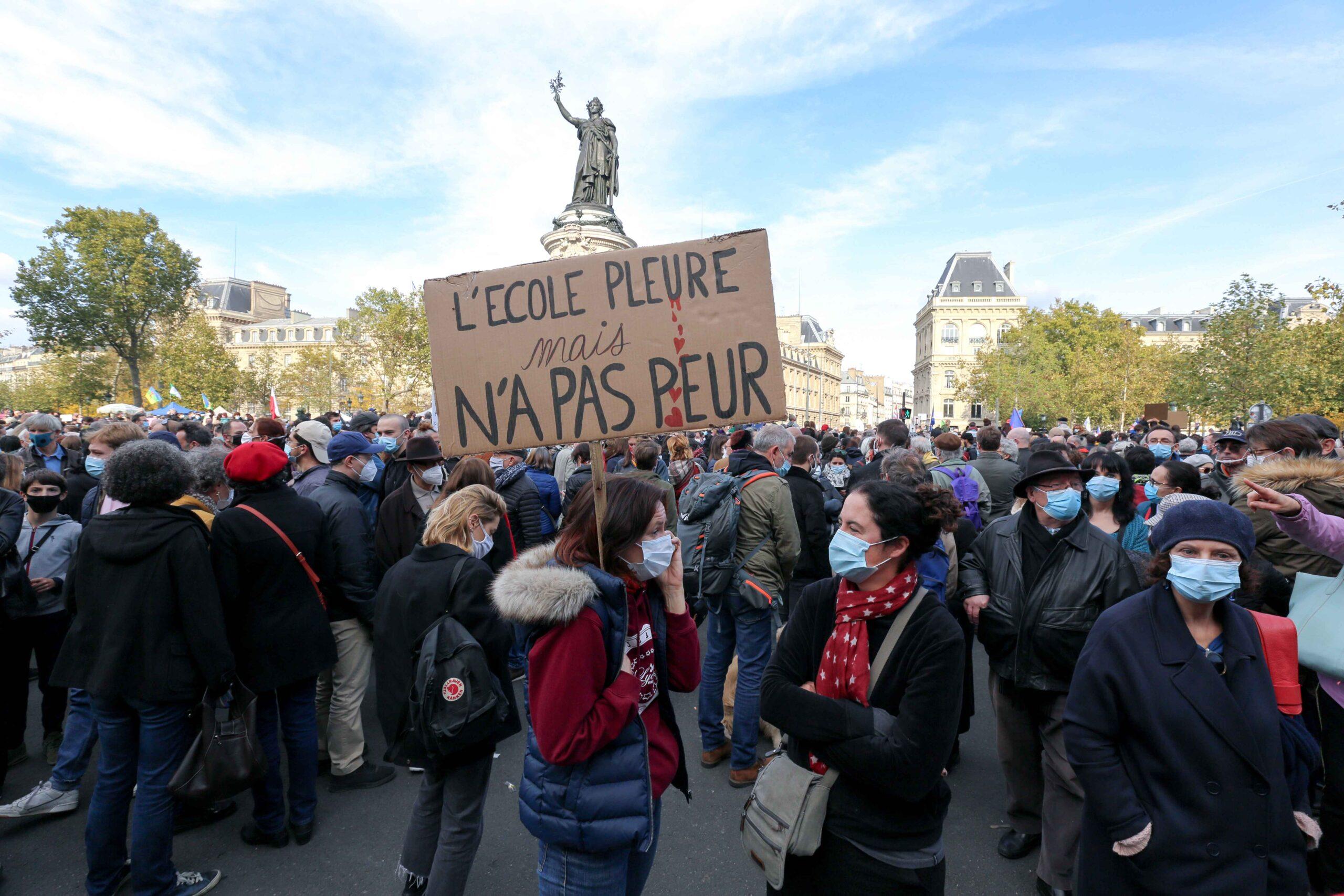 """""""L'école pleure mais n'a pas peur"""". © Michel Stoupak. Dim 18.10.2020, 14h42m02."""