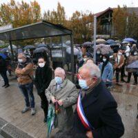 """À Conflans, une marche blanche en hommage à Samuel Paty et contre """"la barbarie""""."""