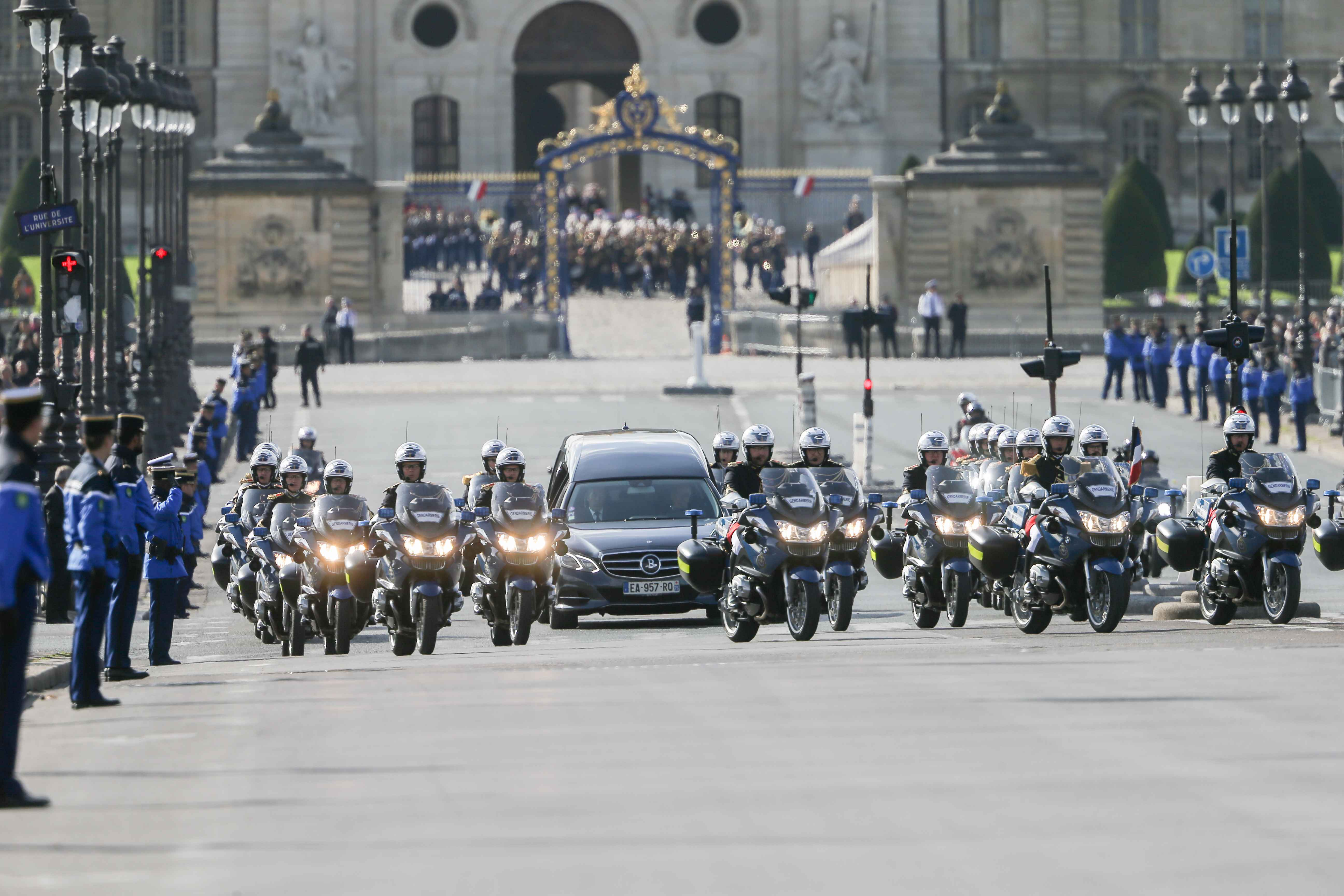 The hearse transporting the coffin of former French President Jacques Chirac leaves the Invalides (Hotel des Invalides) for the Saint-Sulpice church in Paris for the funeral service on September 30, 2019. Former French President Jacques Chirac died on Sept