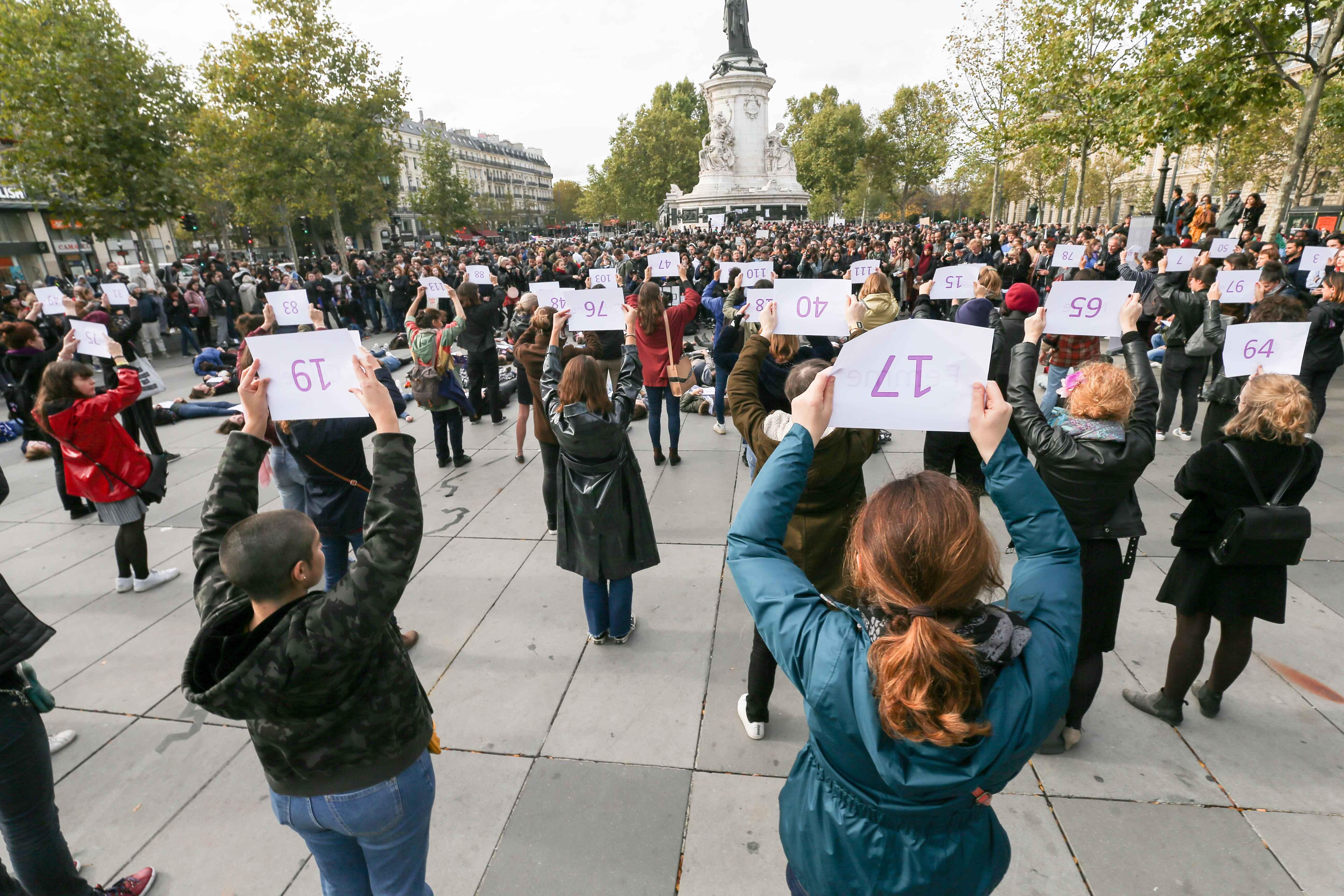 Des femmes tiennent des pancartes portant les noms de victimes de féminicide. © Michel Stoupak. Sam 19.10.2019, 15:08:46.
