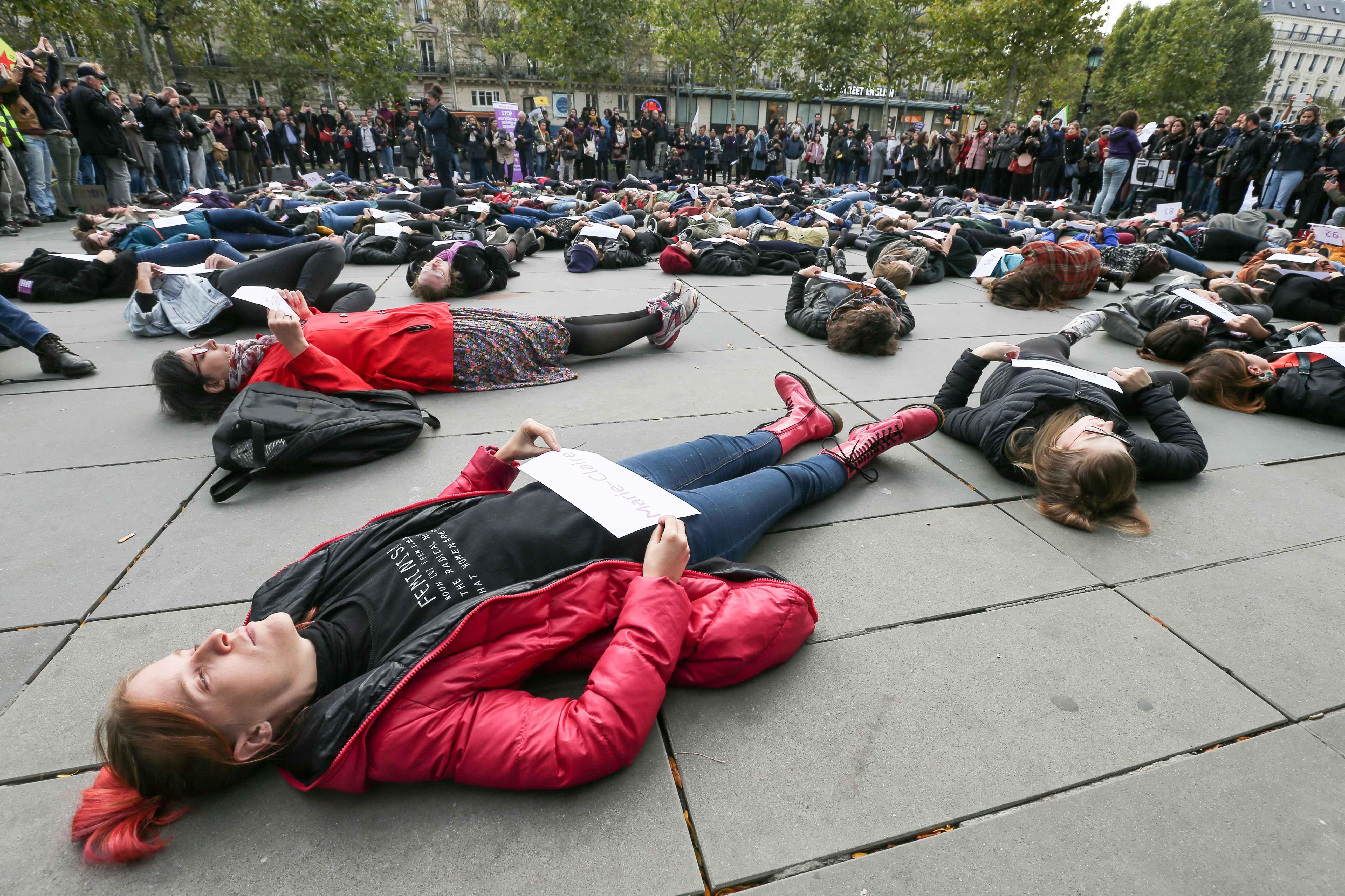 Des femmes allongées sur le sol de la place de la République. © Michel Stoupak. Sam 19.10.2019, 15:12:50.